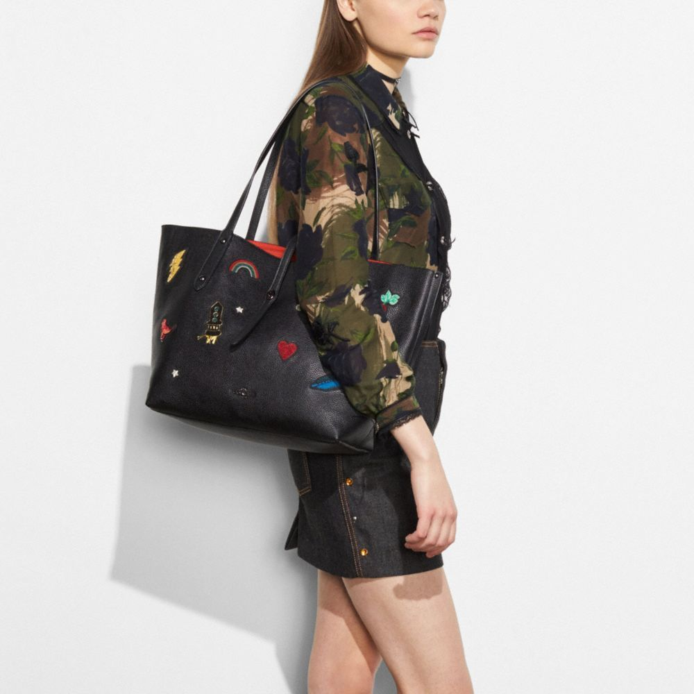 coach market tote in polished pebble leather with souvenir embroidery 57077 dark gunmetal black_3.jpg