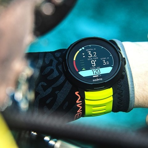 suunto-d5-black-lime-on-wrist-2.jpg