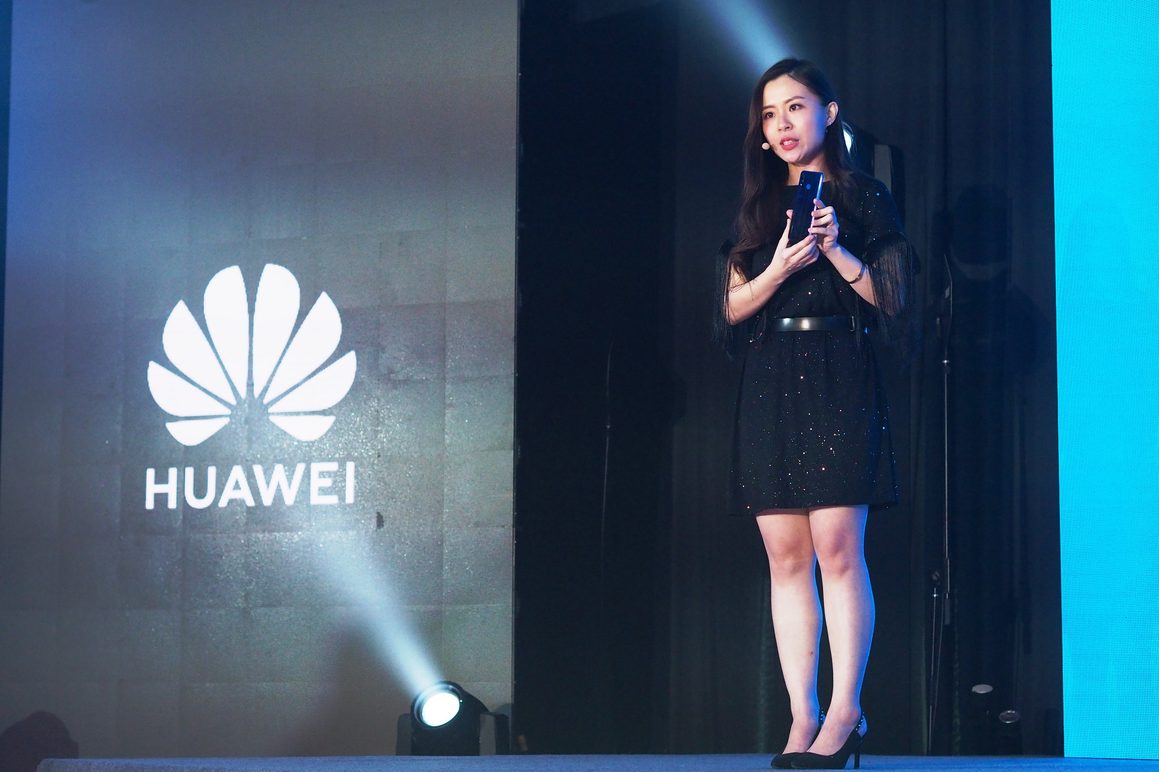 HUAWEI Product Expert introducing the color variants of nova 3 and 3i.JPG