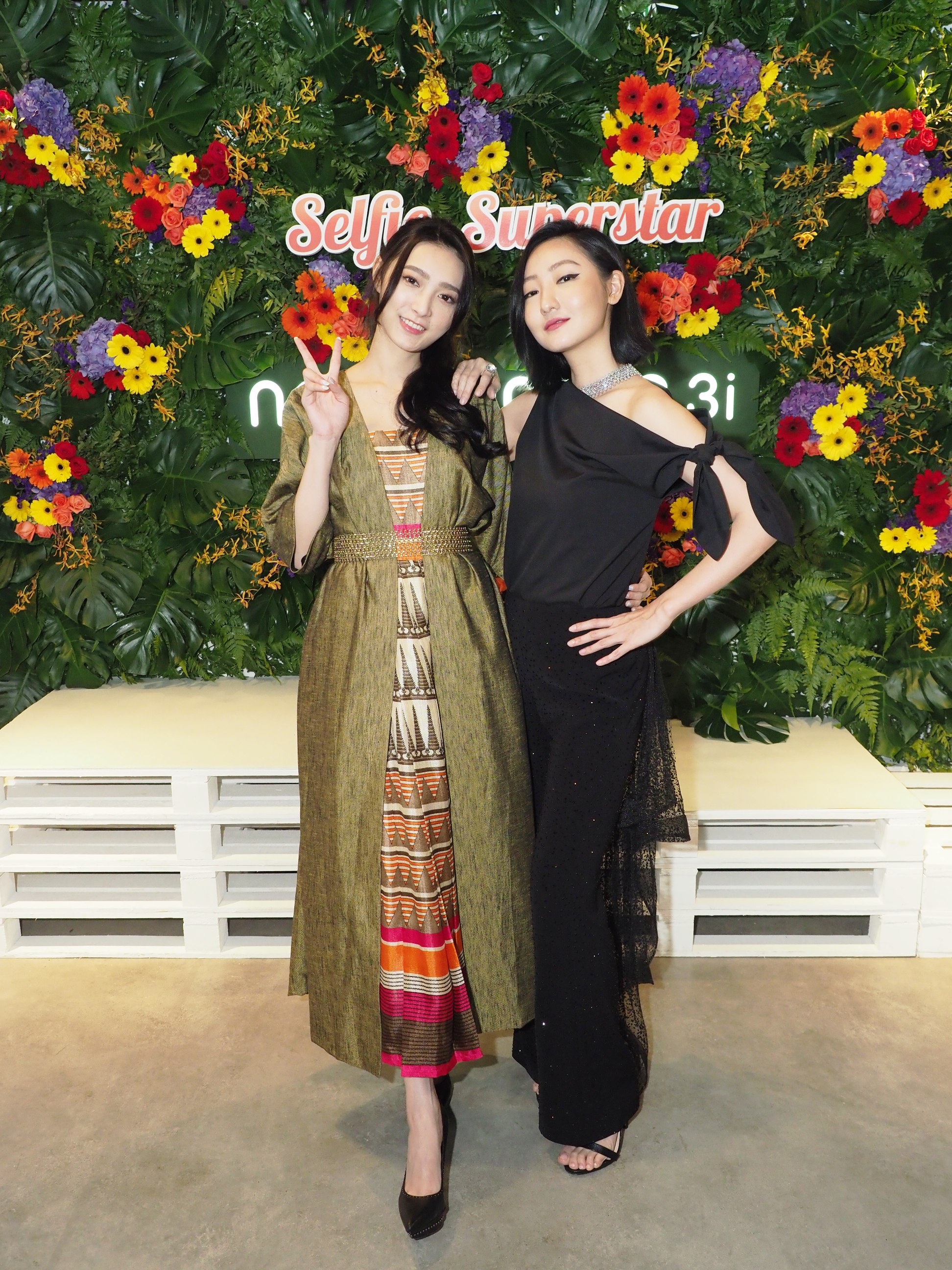 Jacqueline Tiang and Jojo Goh posing at the launch of HUAWEI nova 3 and 3i.JPG