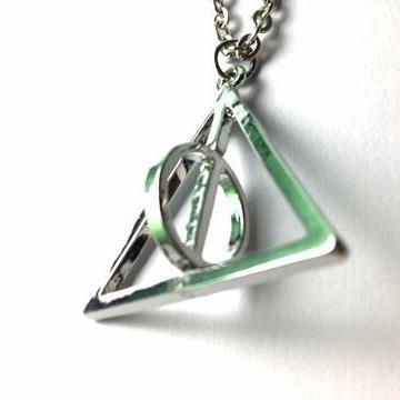 harry-potter-rotating-deathly-hallows-necklace-1_large_zpszjuaarr4