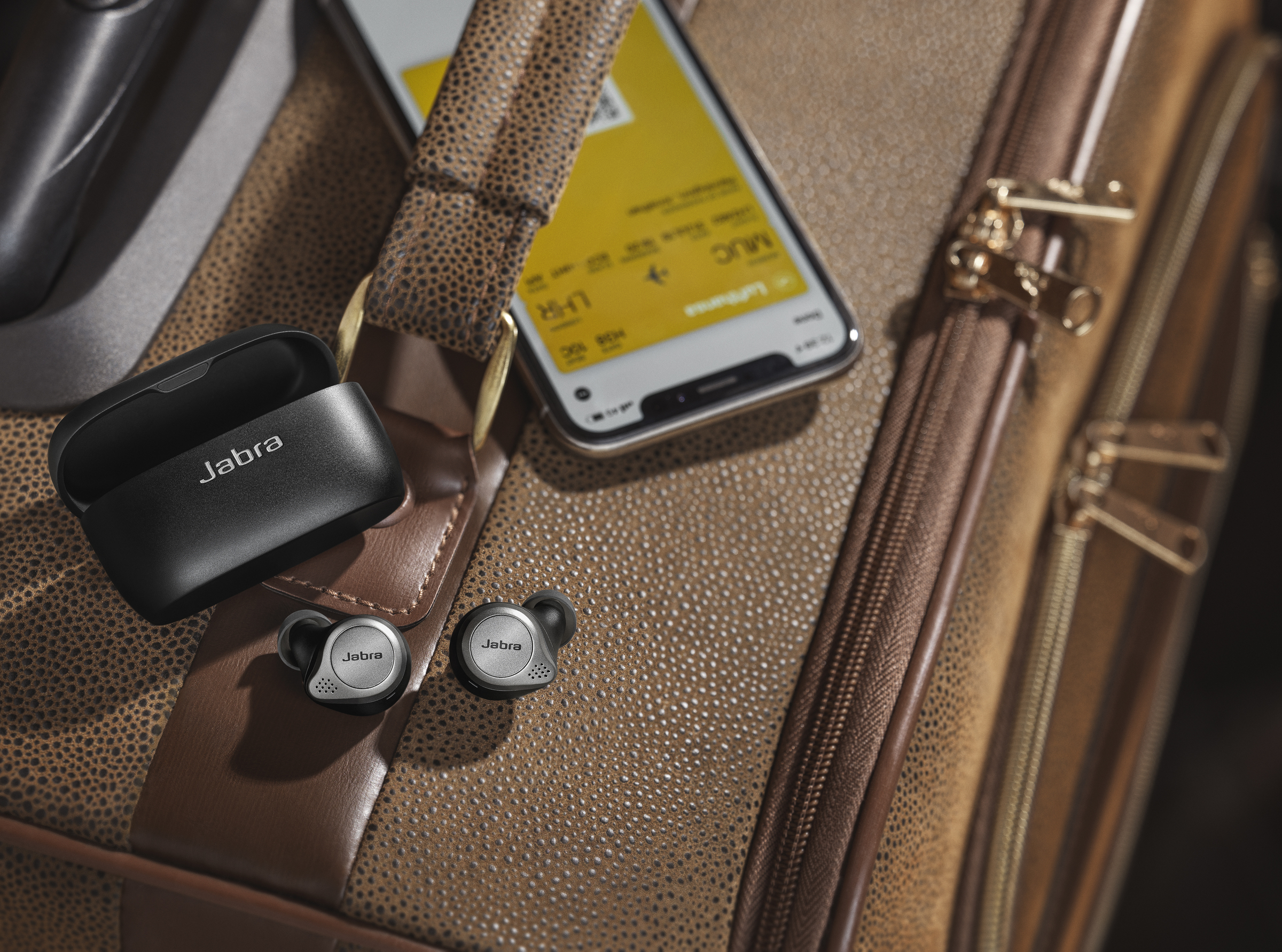 Jabra Elite 75t_Titanium Black_Travel.jpg