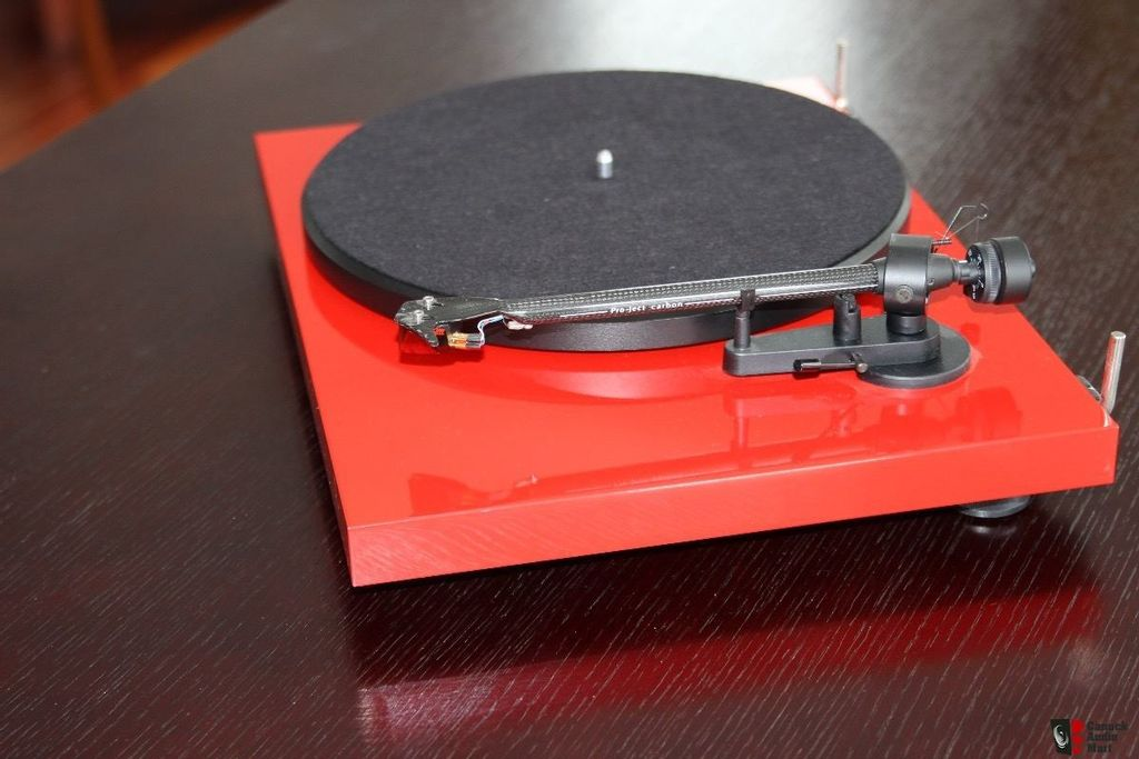 2578032-pro-ject-debut-carbon-turntable-with-ortofon-2m-red-cartridge.jpg
