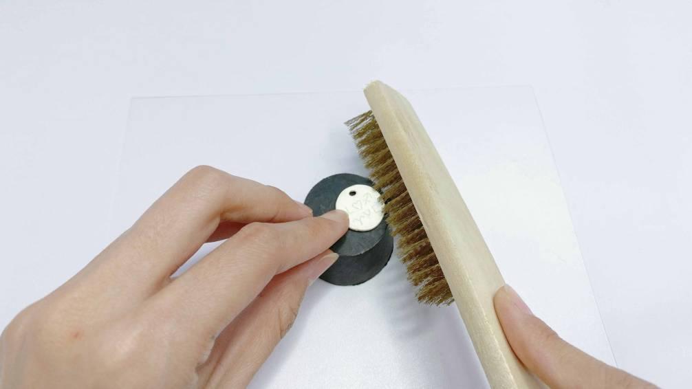 使用銅絲刷將表面白色燒成物刷掉刷至銀色即可