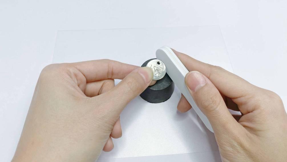 使用泡綿拋光棒白色面來回摩擦進行鏡面拋光