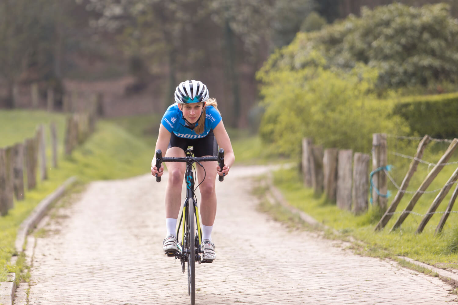 Do you suffer from problems with your hands when cycling? A wrong saddle position, positioning you too far forward, might be the cause.