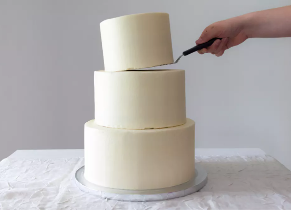 cake-decorating-basics-how-to-stack-a-tiered-cake.png