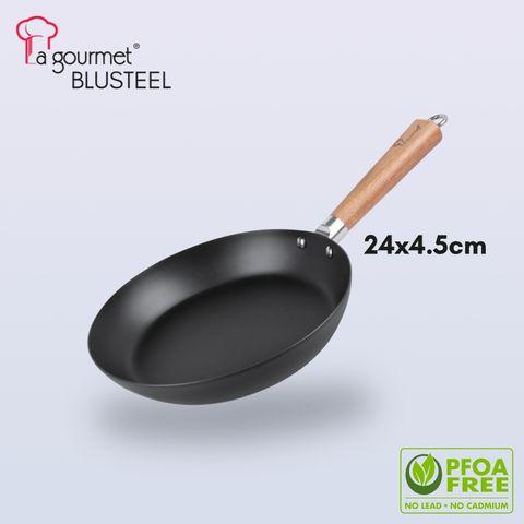 La gourmet ® BluSteel 24 x 4.5cm fry pan with mark acacia wooden long handle (1.5L).jpg