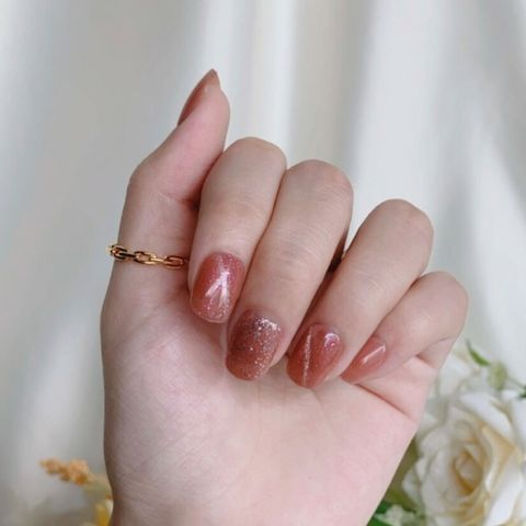 P-001 You Make Me Special - Cat Eye Press-on Manicure hand 2.jpg