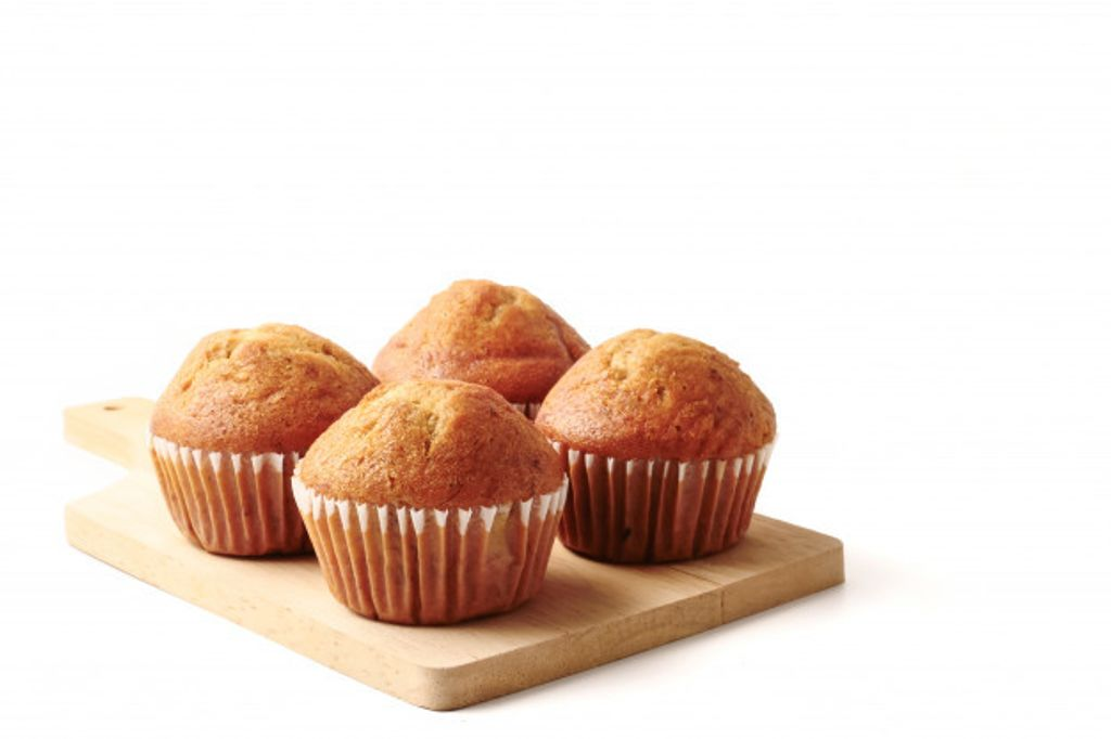 banana-cupcakes-wooden-tray-white-background-free-space-text_35378-1868.jpg